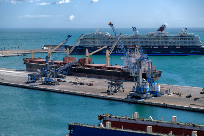 Foto del puerto de Málaga con grúas de carga y descarga