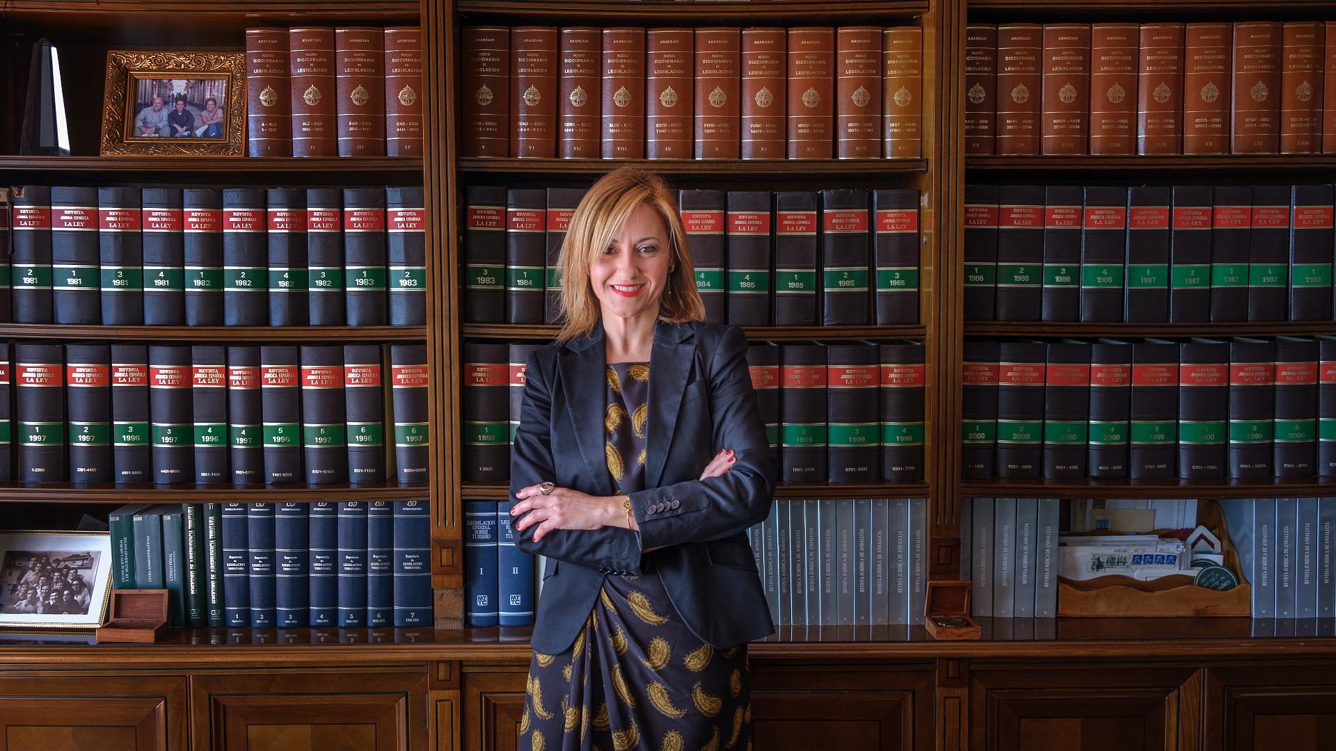 Virginia Mejía Romero en la biblioteca del despacho de AIC ABOGADOS