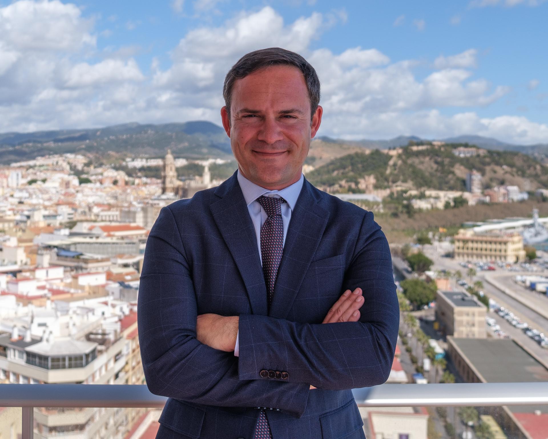 Foto de Jorge Rincón García en la terraza del despacho