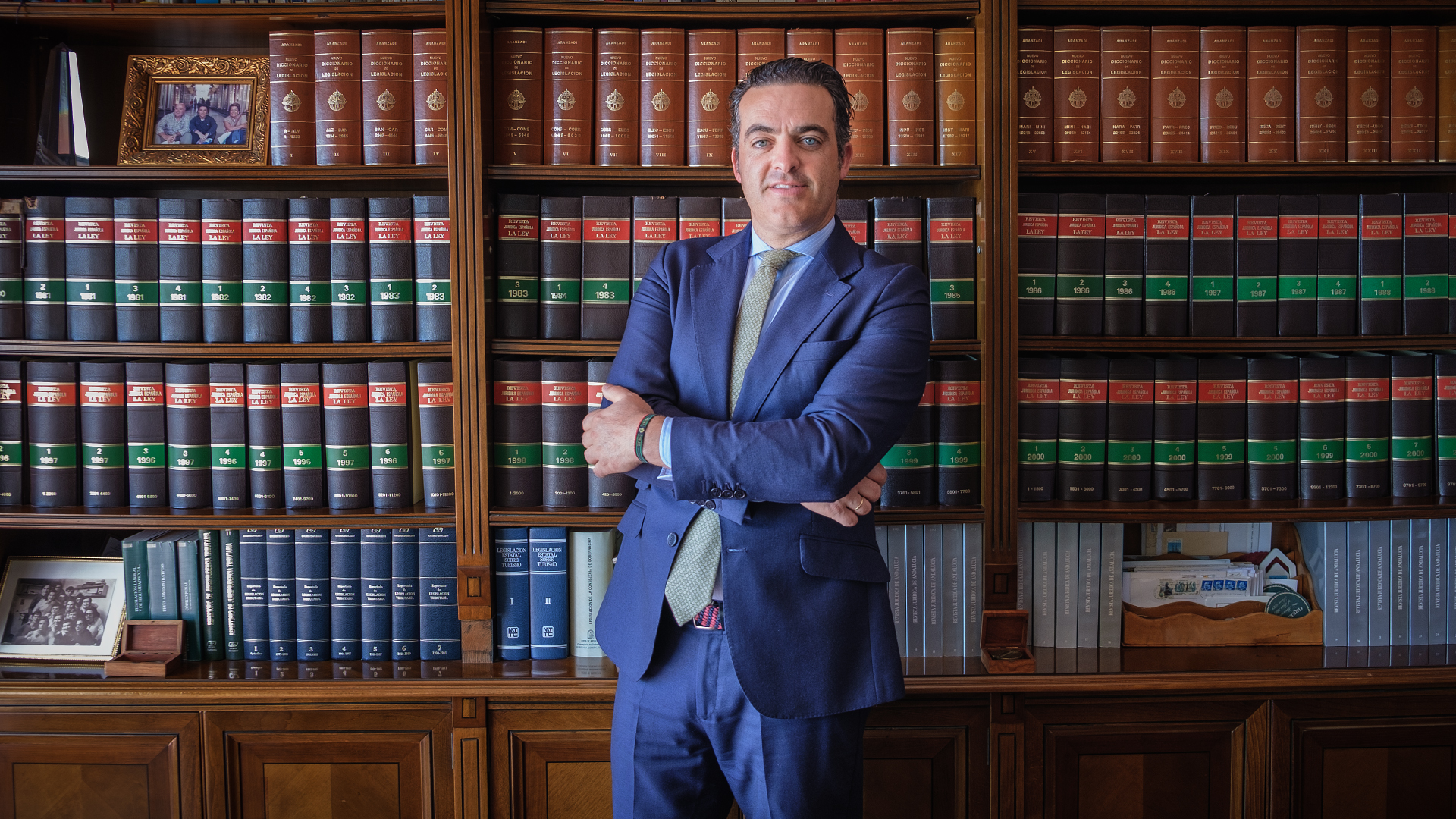 Manuel Garrido González en la biblioteca del despacho de AIC ABOGADOS
