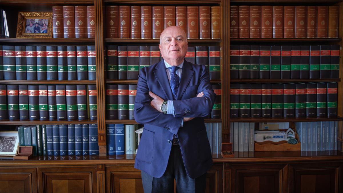Carlos Ismael Álvarez García en la biblioteca del despacho de AIC ABOGADOS