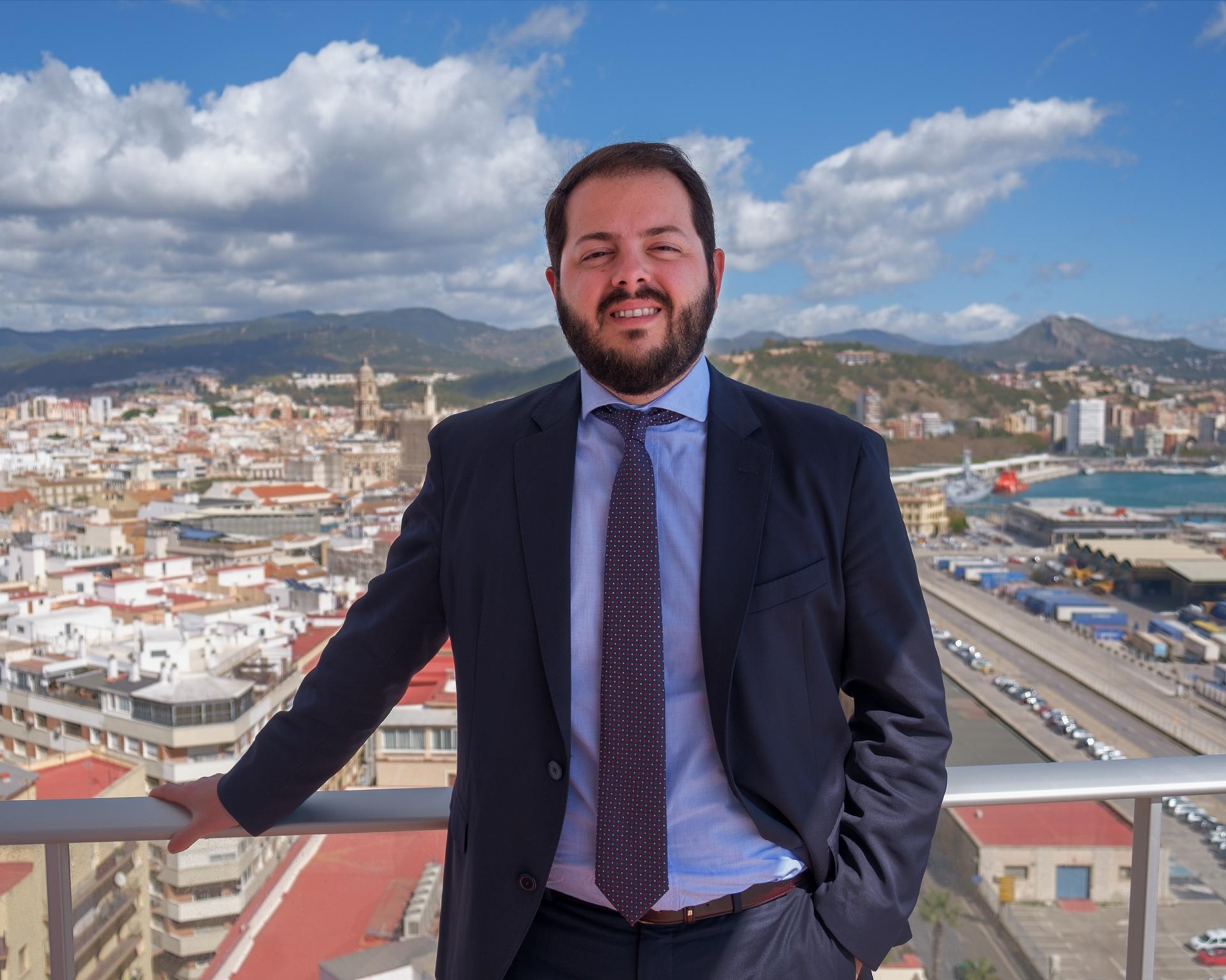 Foto de Fernando Ramos Gabrieli en la terraza del despacho
