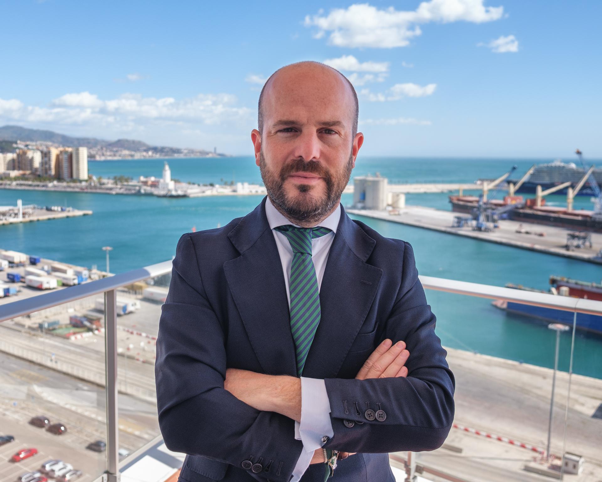 Foto de Carlos I. Álvarez Cazenave en la terraza del despacho