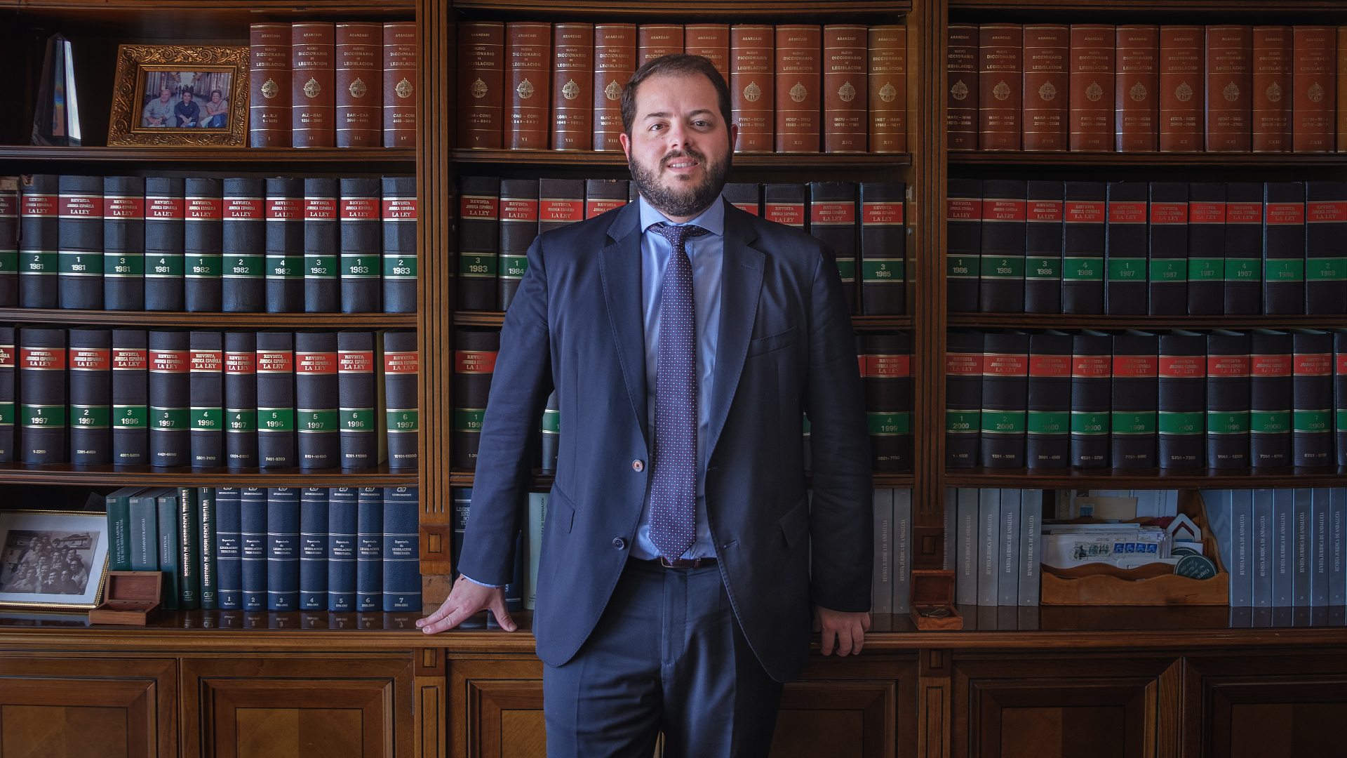 Fernando Ramos Gabrieli en la biblioteca del descpacho de AIC ABOGADOS
